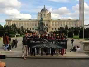"""Participantes dos países na """"Internacional Brain Bee"""". Na ponta esquerda, Tiago Lubiana Alves, representante brasileiro."""